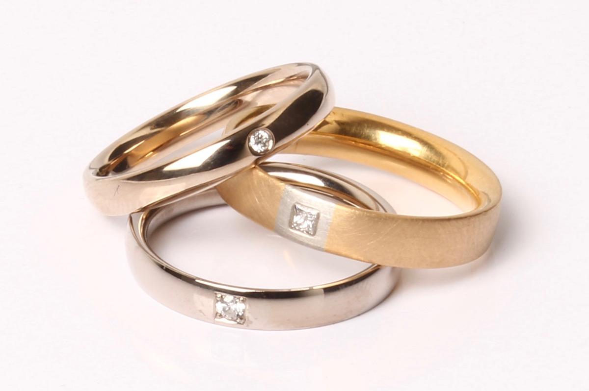 Schmuck-Raum, Ringe mit Diamanten, Chamois,Gelbgold, Weißgold
